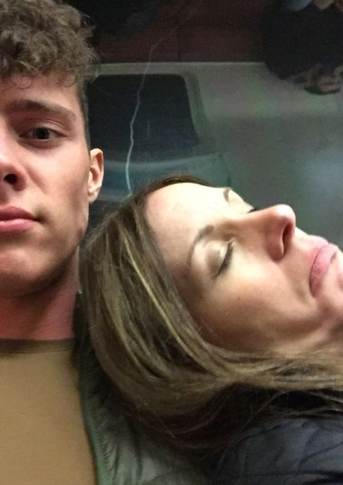 Man Takes Selfies With Stranger Who Passed Out On His Shoulder (2 pics)