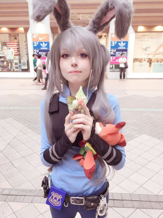 Beautiful Girls Who Are Definitely Doing Cosplay Properly (24 pics)