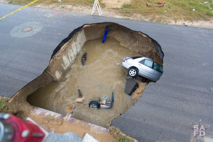 Massive Sinkhole Swallows Two Cars In Texas (13 pics)
