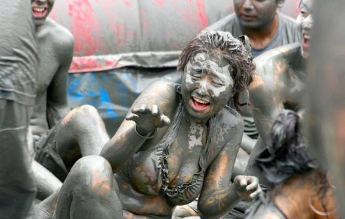 Gorgeous Girls Get Down And Dirty At The Korean Mud Festival (29 pics)