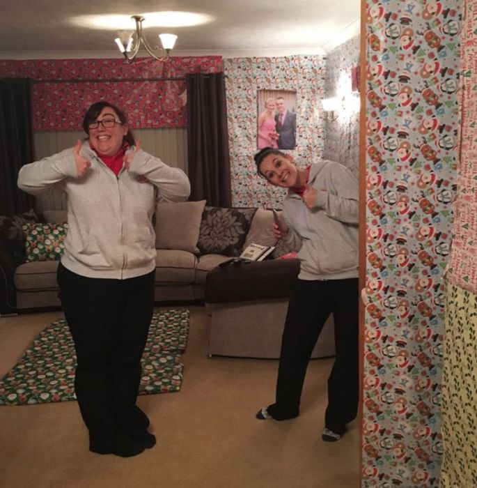 Family Transforms Happy Couple's Home Into A Giant Christmas Gift (9 pics)