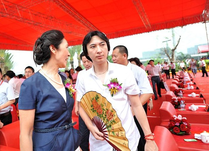 Son Of Richest Man In China Refuses To Take Over His Dad's Empire (5 pics)