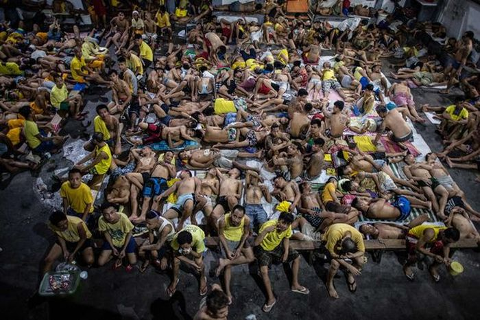 Dozens Of Prisoners Share Cells In The World's Most Crowded Jail (6 pics)