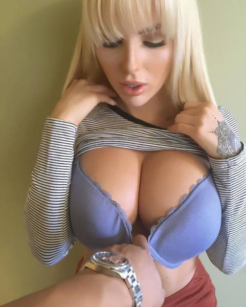 Hot Busty Girls Are A Mouthwatering Sight (53 pics)