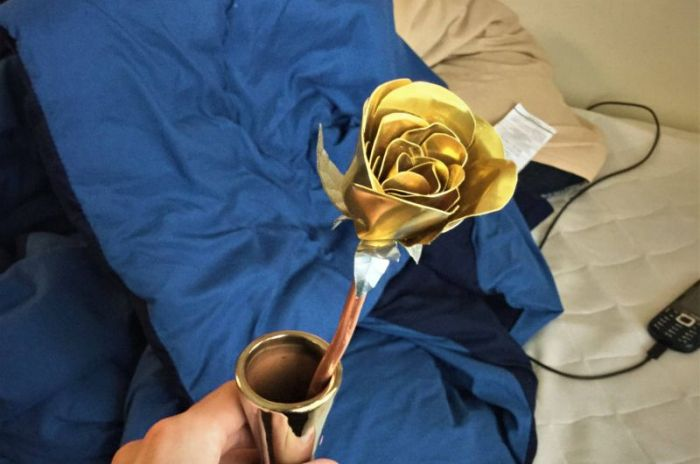 Guy Makes A Gorgeous Gold Rose For His Girl (19 pics)