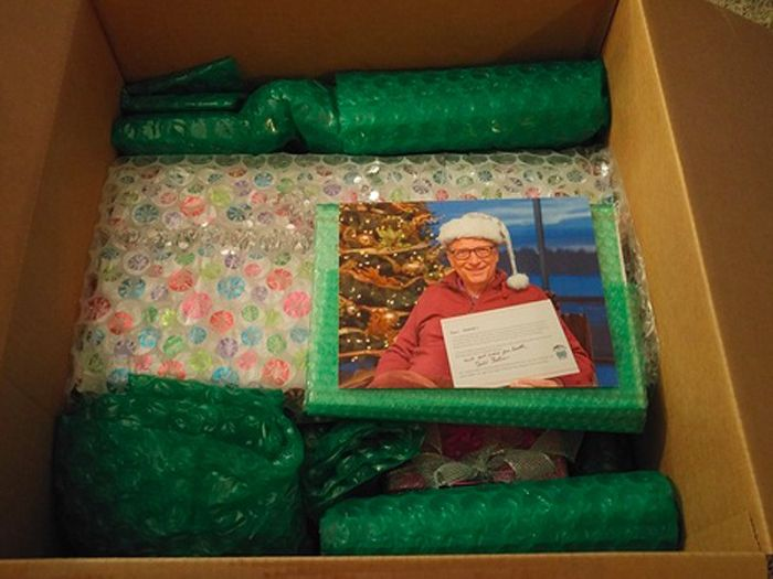Bill Gates Bought Many Thoughtful Gifts For His Reddit Secret Santa (13 pics)