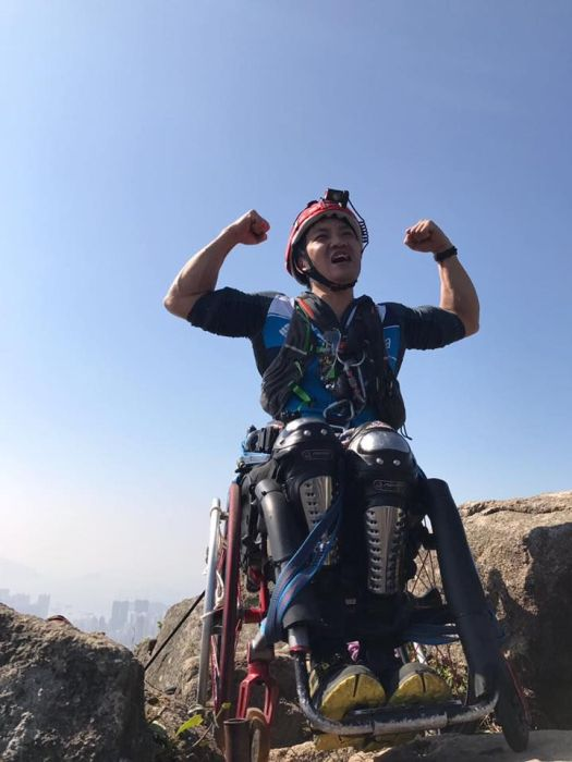 Strong Man In A Wheelchair Climbs A Mountain In China (7 pics)