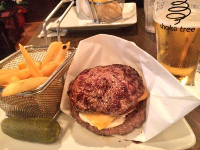 You Can Get The Best Burgers Ever At This Japanese Restaurant (10 pics)