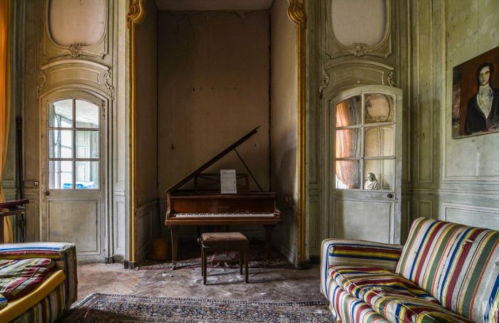 Spooky French Chateau Lies Frozen In Time (10 pics)