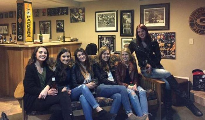 Can You Find The Woman's Missing Legs In This Crazy Photo (3 pics)