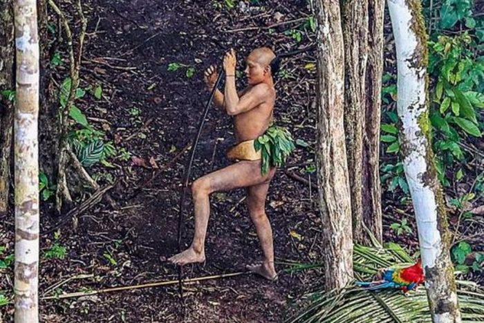 Photographer Snaps Photos Of Savage Tribe In The Amazon (12 pics)