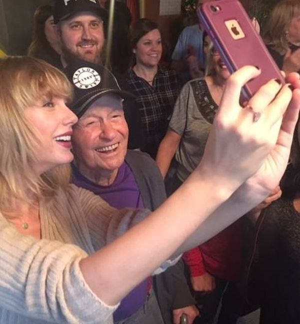 Taylor Swift Gave An Elderly Fan The Best Christmas Present (3 pics)