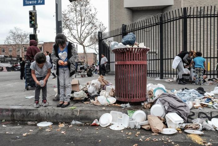 Christmas In The Ghettos Of Los Angeles (19 pics)