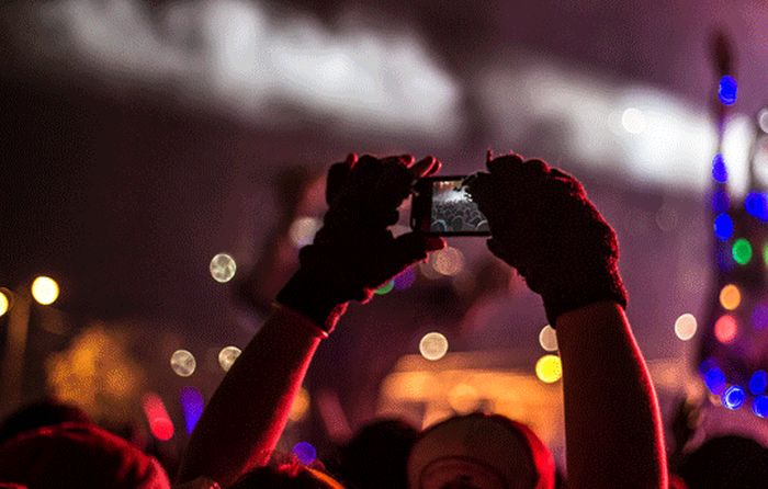 Types Of People Who You Definitely Want To Avoid At A Concert (7 pics)