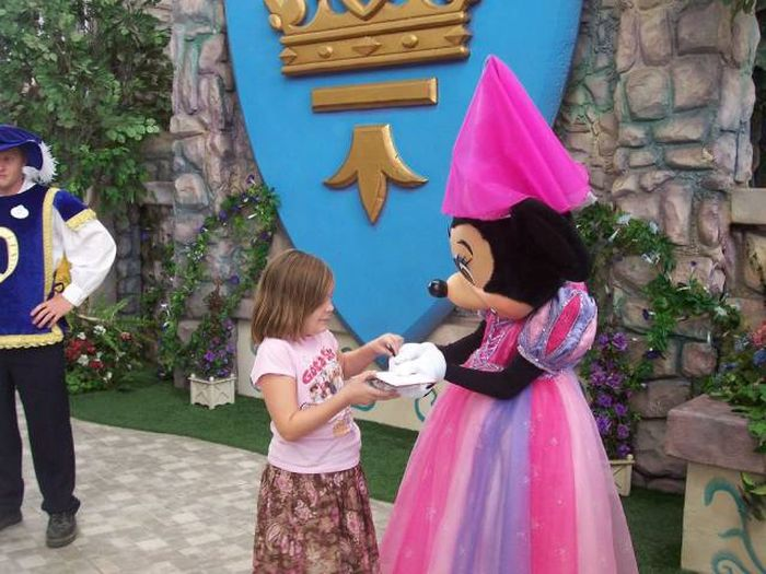 Former Worker Reveals Inside Secrets About Disney World (9 pics)