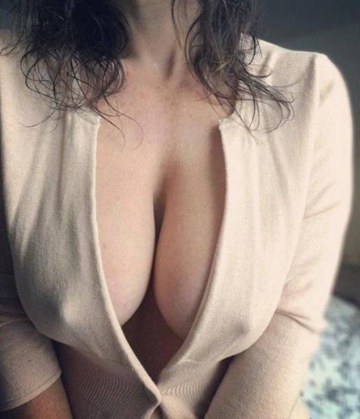 Sexy Girls Who Don't Have Time For Bras (39 pics)