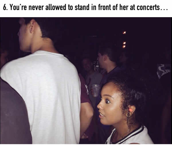 21 Moments That Guys With Short Girlfriends Will Relate To (21 pics)