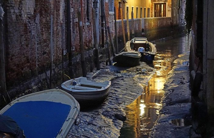Low Tide Exposes Venice's Canal Network (11 pics)