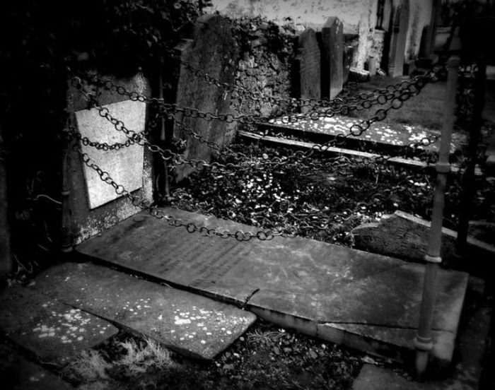 This Grave Is Surrounded By Chains For A Strange Reason (4 pics)