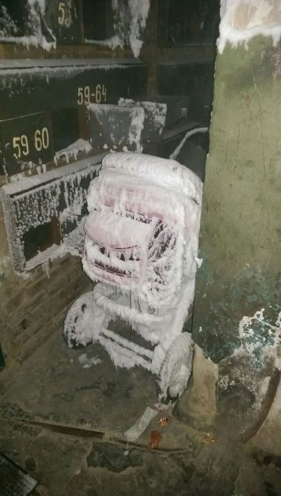 This Entrance To A Russian Hostel Is Covered In Ice (3 pics)
