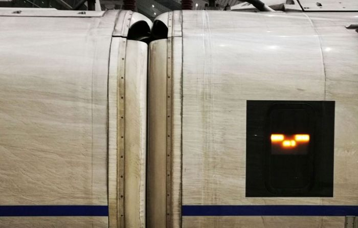 Train Traveling From Shanghai To Beijing Covered In Smog (6 pics)