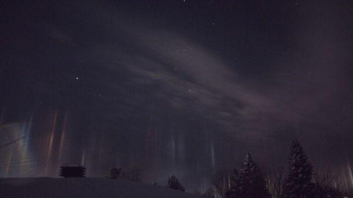 Phenomenon Known As Light Pillars Illuminates Ontario Night Sky (5 pics)