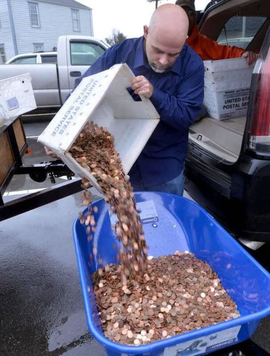 Man Uses 300,000 Pennies To Pay The DMV (3 pics)