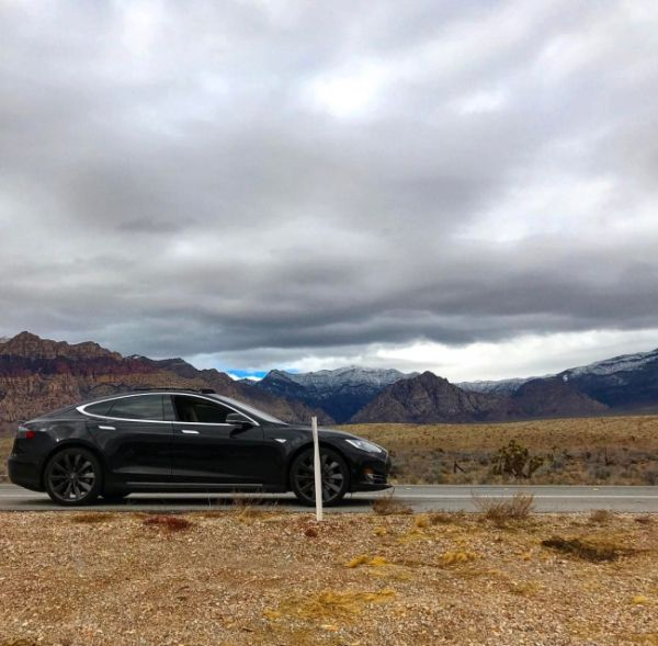 Tesla Owner Gets Stranded In The Desert Because Of His Cellphone (3 pics)