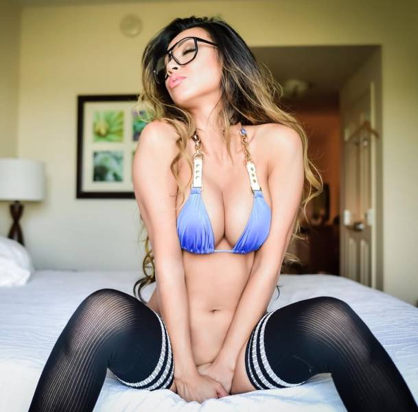 Girls Who Prove Glasses Are Extremely Sexy (51 pics)