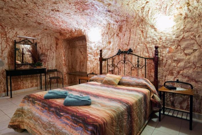 Thousands Of People Are Living Inside A Luxurious Hole In The Australian Desert (8 pics)