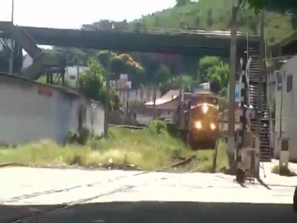 Complete Idiot Ignores Railroad Signal