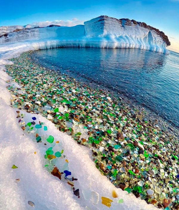 The Ocean Has Turned This Russian Beach Into A Colorful Scene (8 pics)