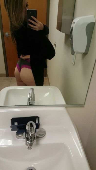 When Hot Girls Get Bored At Work (40 pics)