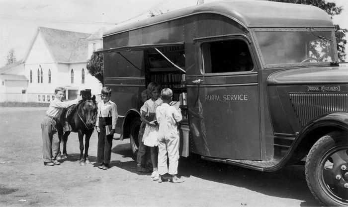 Before Amazon People Got Their Books From Bookmobiles (28 pics)