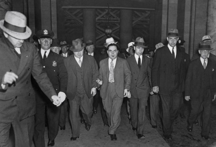 Historical Photos Of Gangsters In America (27 pics)