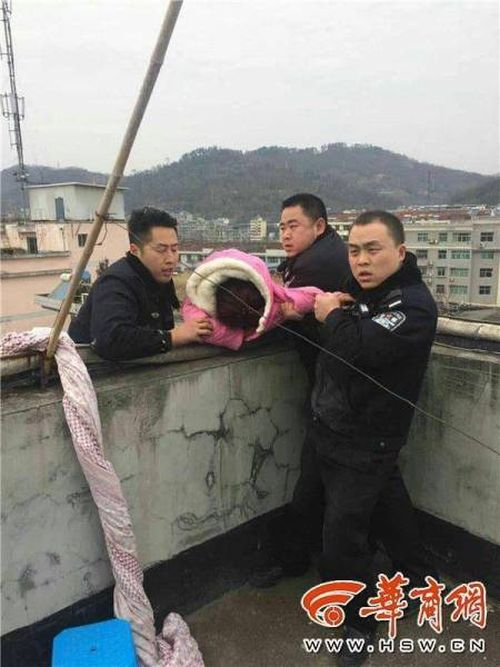 Chinese Man Won't Let Go Of His Wife (4 pics)