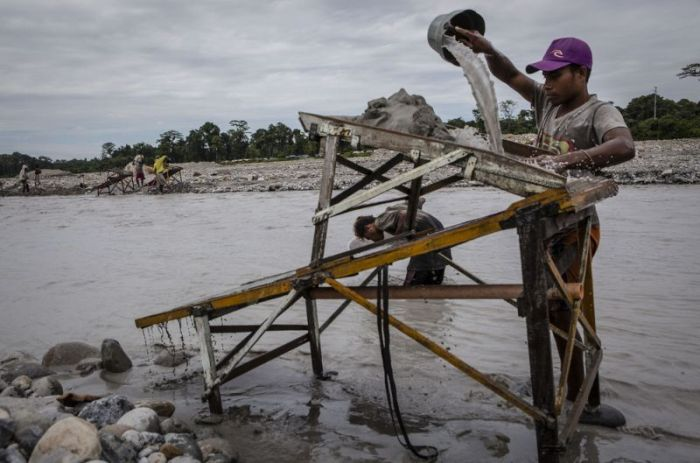 On The Ground With Gold Miners In Indonesia (12 pics)