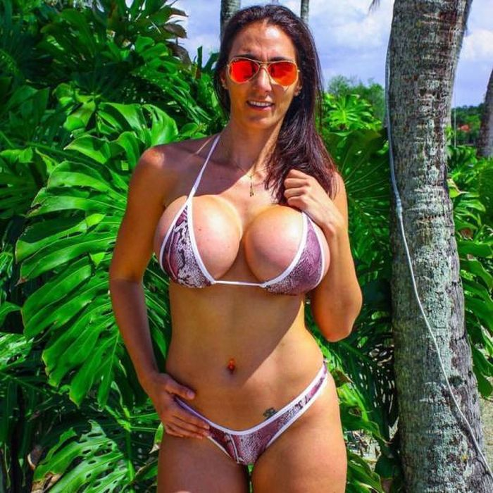 Gorgeous Girls Who Are Trying To Prove That Bigger Is Always Better (21 pics)