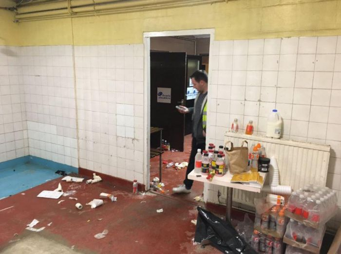 Arsenal Accused Of Lack Of Respect For Trashing A Locker Room (4 pics)