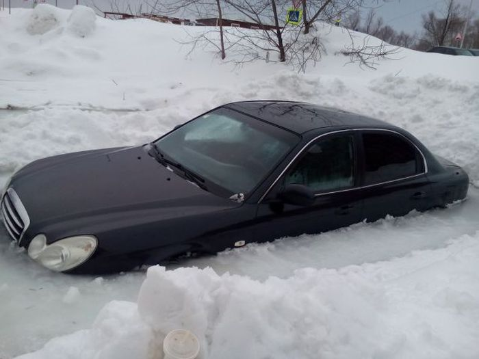 Russian Car Gets Frozen In A Block Of Ice (3 pics)