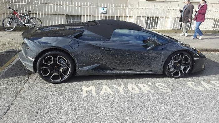 Lamborghini Owner Gets Massive Fines For Parking In The Mayor's Spot (5 pics)
