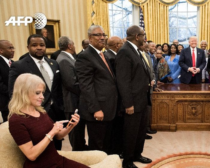 Kellyanne Conway Accused Of Disrespecting The Oval Office (3 pics)