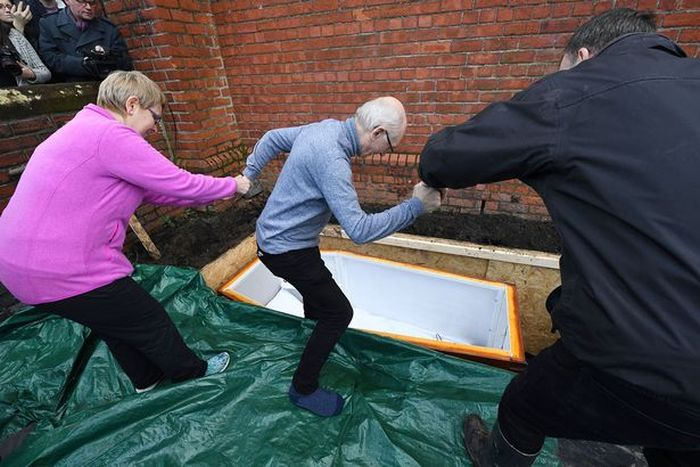 Man Gets Buried Alive In Coffin Underneath City Street (6 pics)