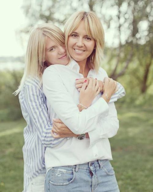 Wow, Who Is Mom And Who Is Daughter Here?! (11 pics)