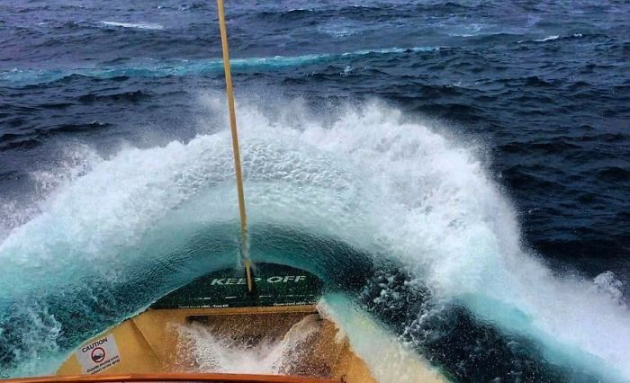 Deckhand Captures Massive Waves In Sydney (8 pics)