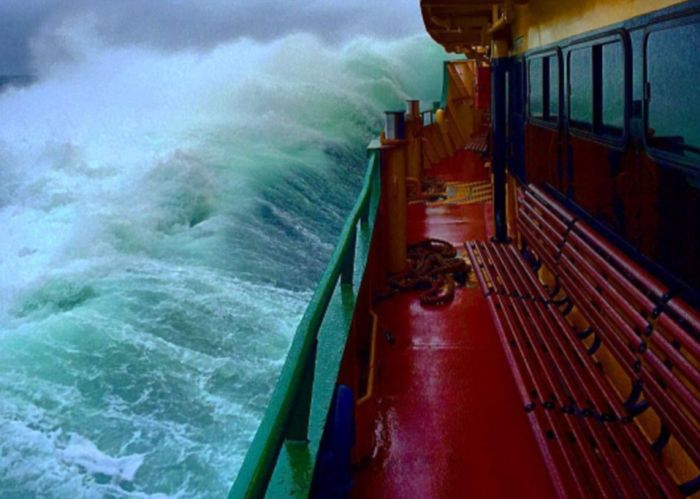 Deckhand Captures Massive Waves In Sydney (8 pics)