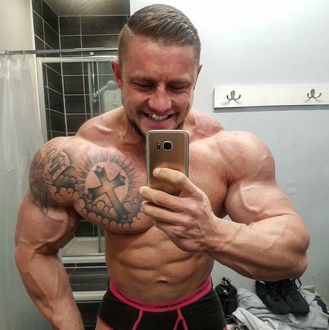 Skinny Banker Turns Into Ripped Bodybuilder (9 pics)