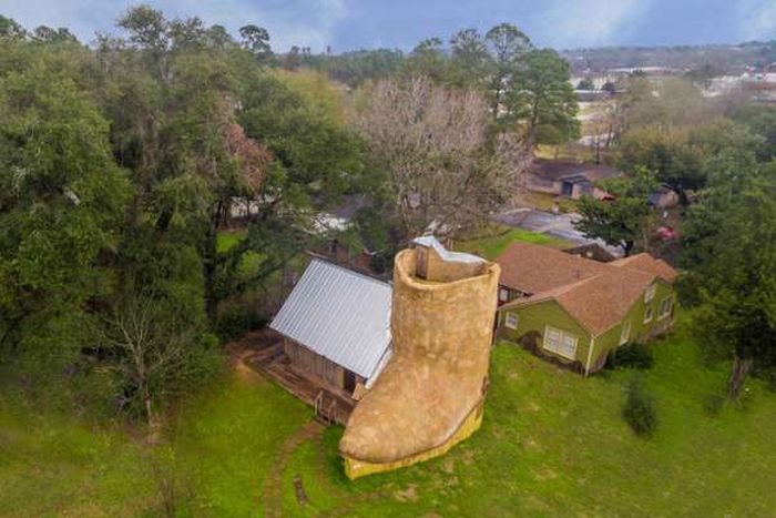 This Boot Shaped House Has Texas Written All Over It (16 pics)