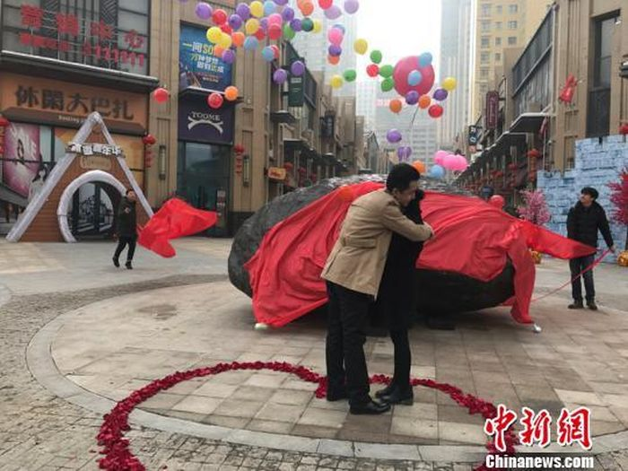 Chinese Man Buys Meteorite For Marriage Proposal (3 pics)