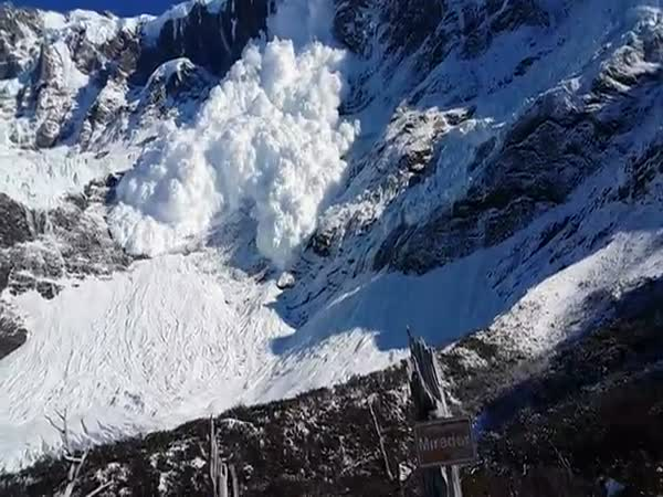 Avalanche Gets Up Close And Personal As Tourists Film